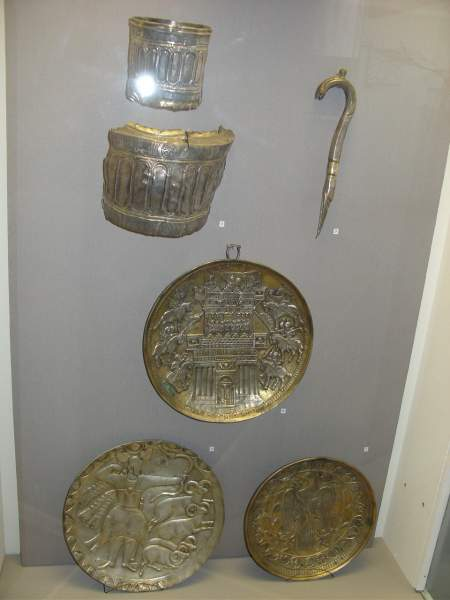 Останки чаши и серебряные блюда в Чердынском музее